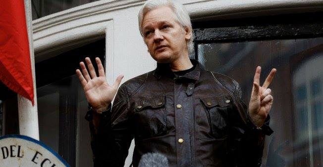 Julian Assange devant l'ambassade de l'Equateur à Londres