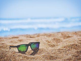 Une plage et des lunettes de soleil