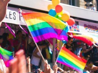 Des personnes participants à la Marche de la fierté