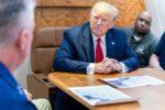 Donald Trump recevant des administrateurs américains dans son bureau à la Maison Blanche