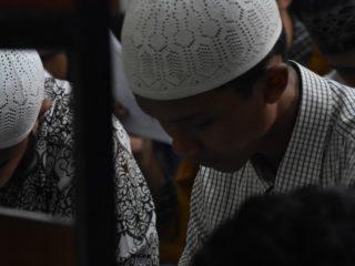 Les musulmans en prière dans une mosquée