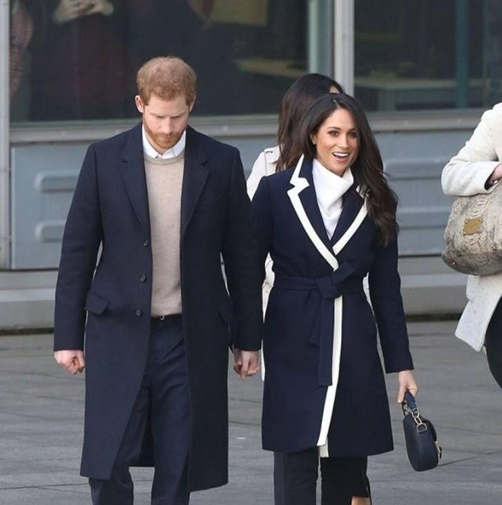 Le prince Harry et la duchesse Meghan Markle marchant main dans la main en 2018
