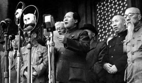Mao Zedong, donnant un discours sur une tribune, entouré des hauts dignitaires communistes