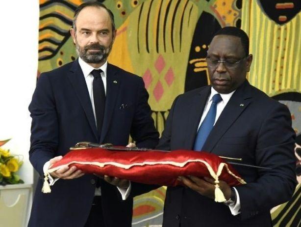 Le premier ministre Edouard Philippe remettant le sabre d'El Hadj Omar Tall au président sénégalais Macky Sall, le 17 novembre 2019 à Dakar