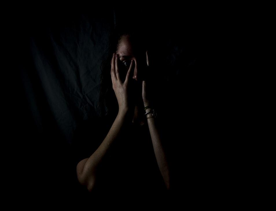 Une femme triste dans la pénombre