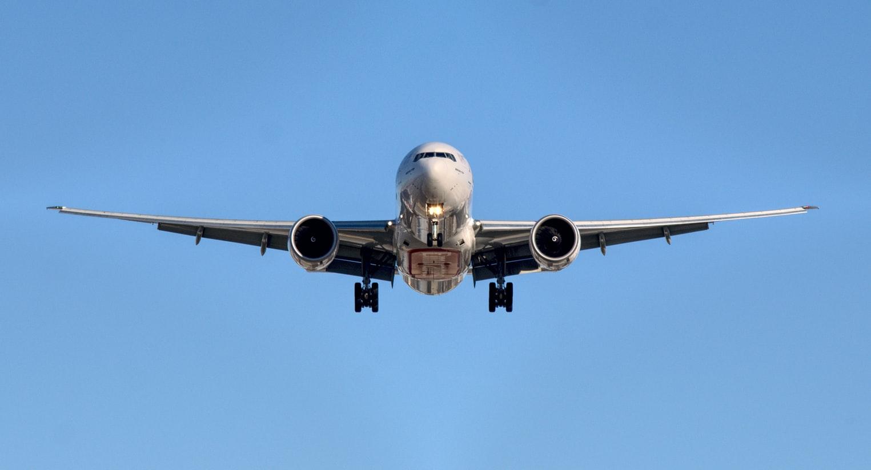 Un avion cargo dans le ciel.