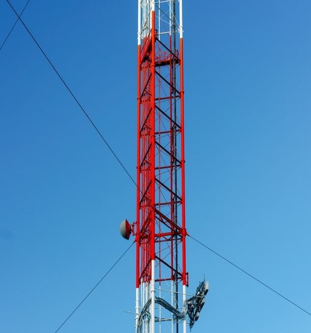 Une antenne télécom émet des ondes pour la téléphonie ou internet.