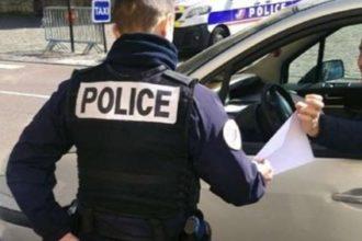 Un policier effectuant un contrôle sur un automobiliste.