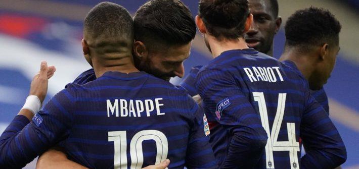 Des joueurs de l'Equipe de France de Football célébrant un but face à la Suède, le 17 novembre 2020.