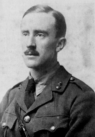 John Ronald Reuel Tolkie plus connu sous la forme J. R. R. Tolkien.